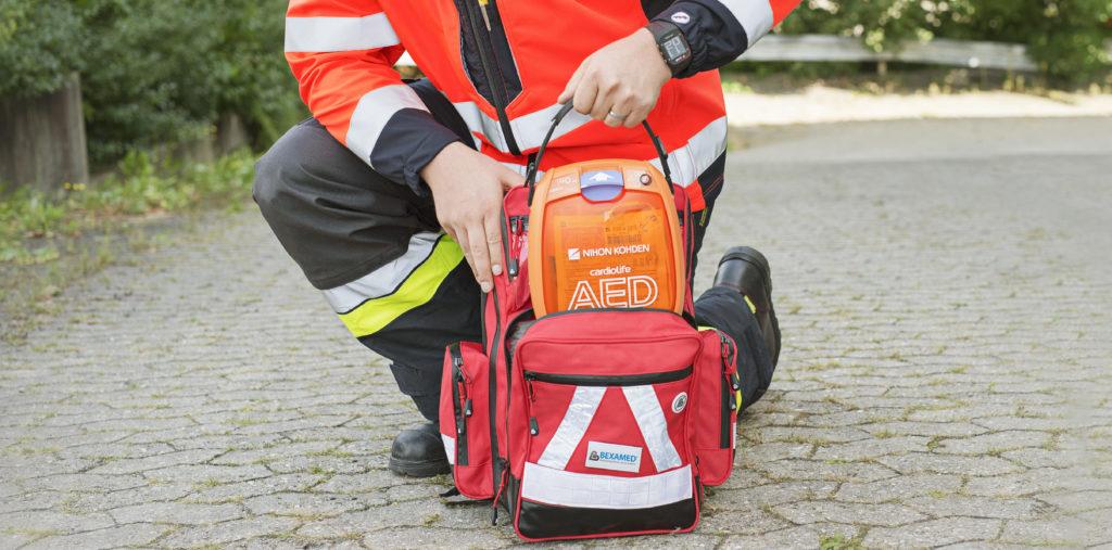 Notfallsanitäter bereitet einen NIHON KOHDEN 3100 Defibrillator zum Einsatz vor
