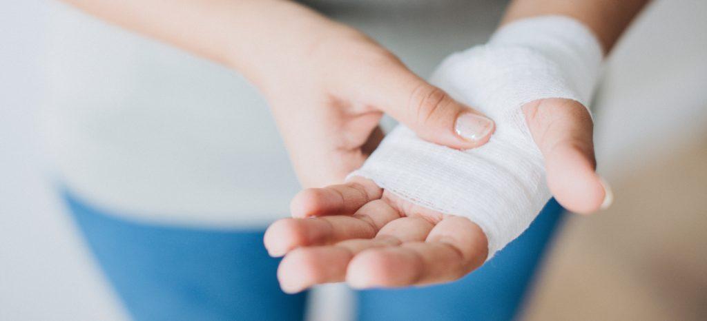 Angelegter Verband an einer verletzten Hand